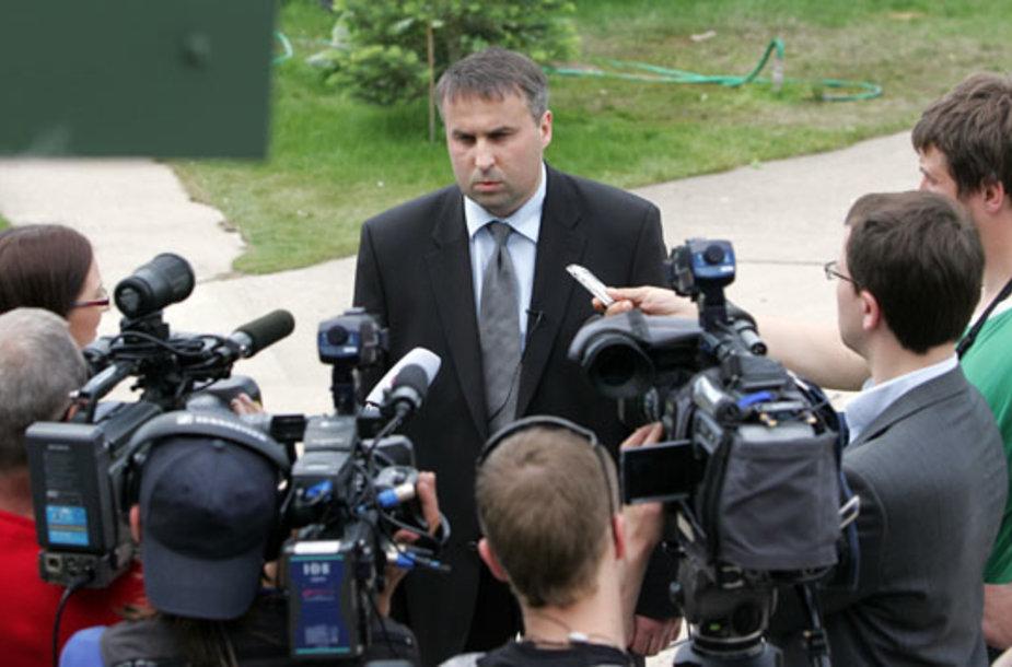 Ketvirtadienį A.Venckus žurnalistams ir susinkusiai miniai pareiškė savo poziciją