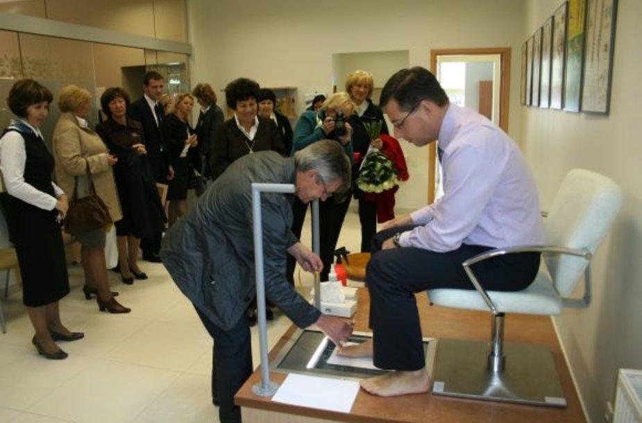 Rekonstruotos ortopedų mokymo centro atidaryme dalyvavęs Švietimo ir mokslo ministras Gintaras Steponavičius išbandė kai kuriuos prietaisus, naudojamus būsimų pėdos specialistų.