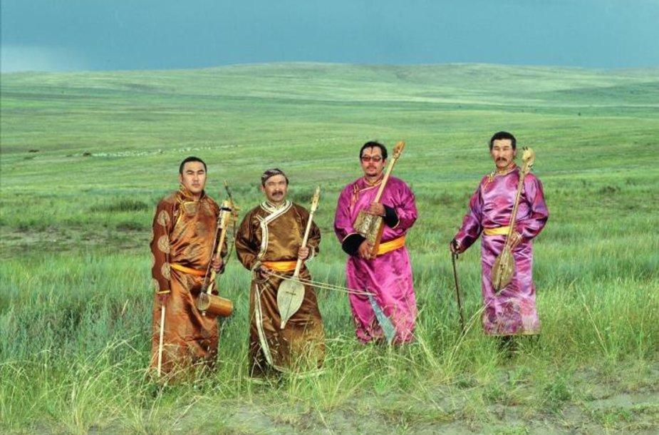"""""""Huun-Huur-Tu"""" iš Tuvos programoje – tradicinės pietų Sibiro dainos, kurių svarbiausias išskirtinumas – dainavimas gerkliniu būdu."""