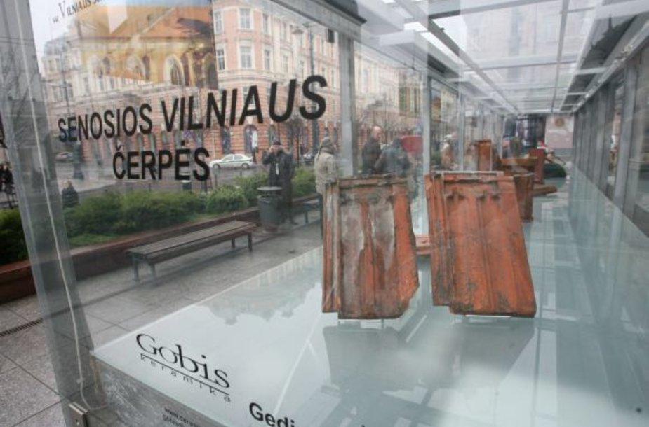 """Visą lapkritį Gedimino prospekto praeivius stabtelti vilios paroda """"Senosios Vilniaus čerpės""""."""