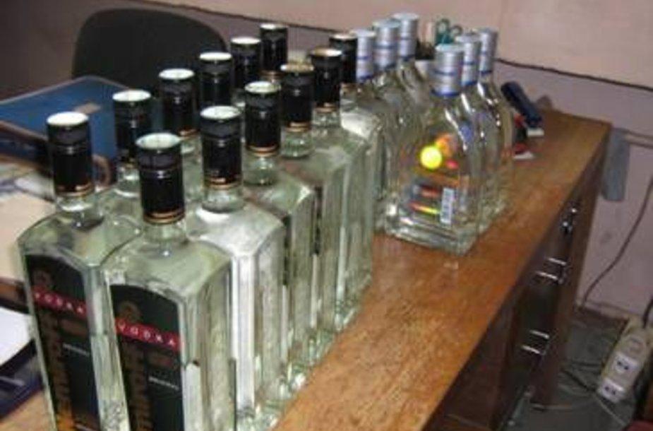 """Pareigūnai sulaikė 18 litro talpos butelių degtinės """"Nemiroff"""" be banderolių."""