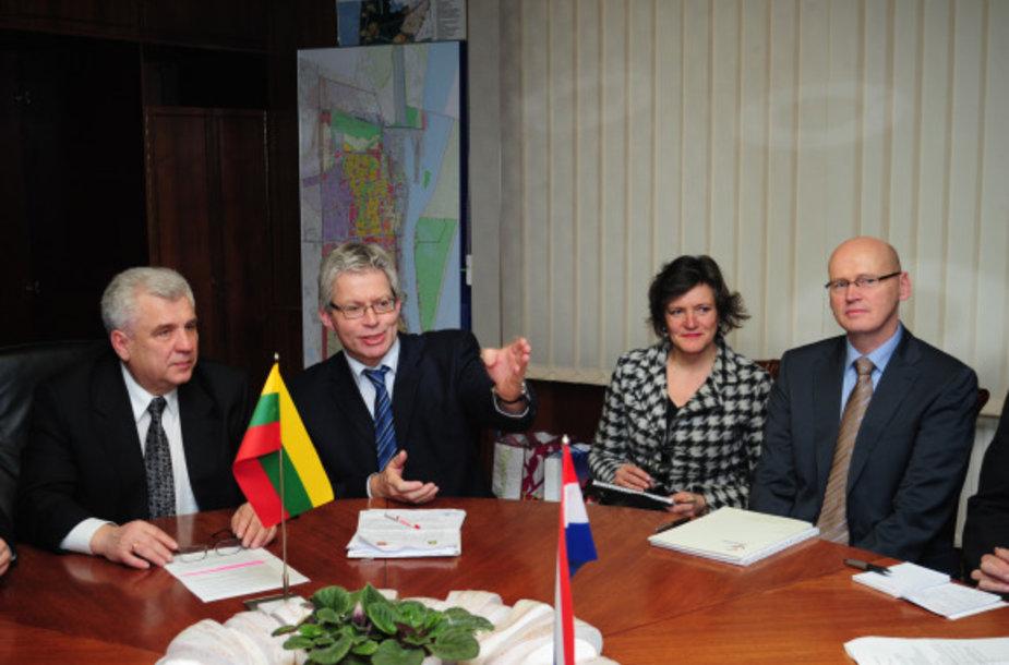 Uostamiestyje vieši atsakomojo vizito atvykusi Olandijos miesto Leuvardeno delegacija.