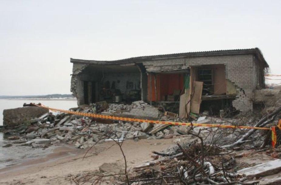 Jūros bangos buvo negailestingos žvejų nameliui, kuriame laikyti įvairiausi įrankiai žvejybai.