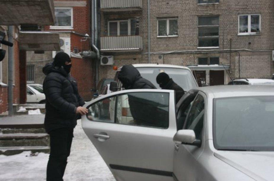 Į teismą atvežtas Žilvinas Ukockis slėpė savo veidą.
