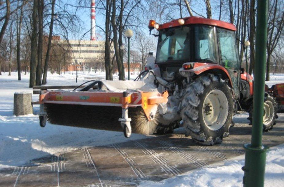 Klaipėdos kelius valančios bendrovės šią žiemą sunkiai susitvarkė su sniegu.
