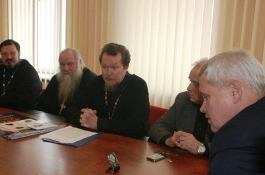 Moyklos vadovas popas (centre) Vladimiras Artamonovas