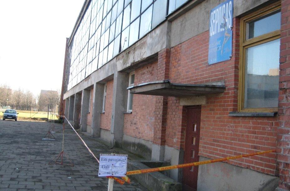 Klaipėdos futbolo mokyklos pastatas jau kelia pavojų praeiviams.