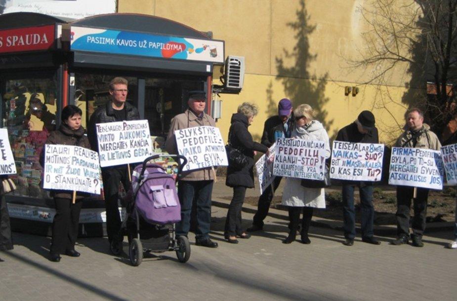 Prie Klaipėdos apygardos teismo piketavo klaipėdiečiai, palaikantys Neringos Venckienės pusę.