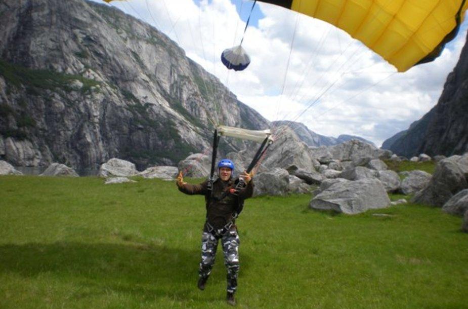 Parašiutininkas Tadas Šimonis nusileisti nuo kalno Norvegijoje atvyko iš JAV.