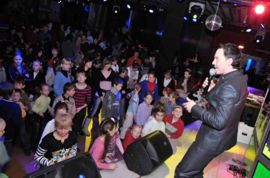 Labdaringoje popietėje vaikams dainavo Mino.