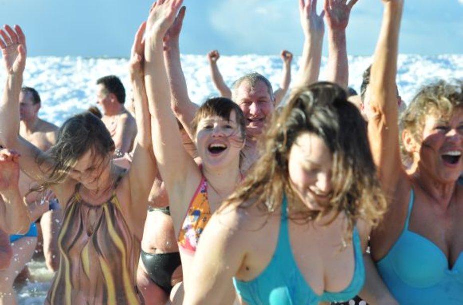 Palangoje sveikuoliai mėgavosi maudynėmis lediniame jūros vandenyje.