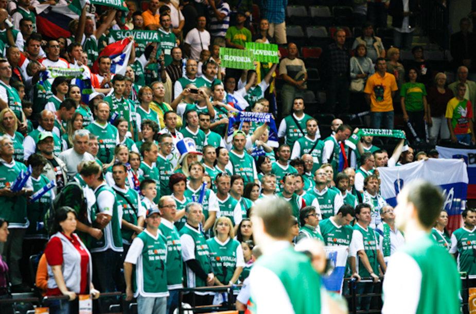 Slovėnijos sirgaliai išsiskiria žaliais marškinėliais. Juos kiekvienas gavo už dyką.