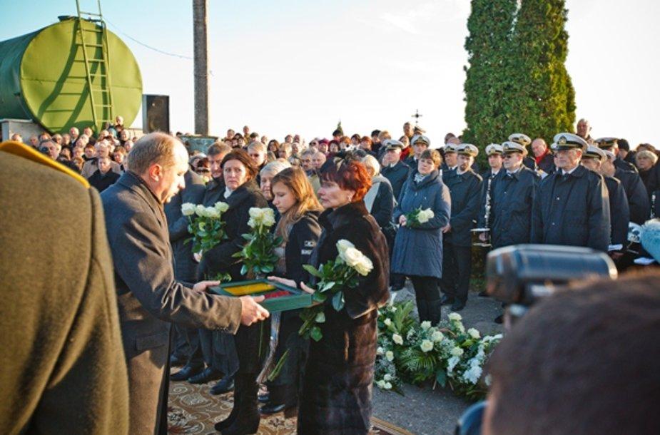 Ministras Pirmininkas Andrius Kubilius valstybės vėliavą perdavė B.Lubio našlei Lidijai Lubienei.