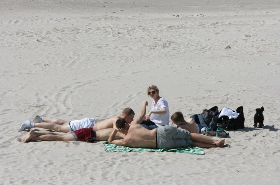 Paplūdimiuose žmonės nesikuklino išsirengti.