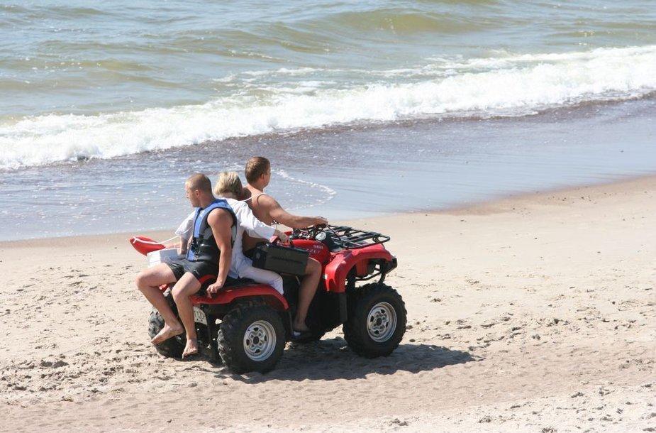 Į Neįgaliųjų paplūdimį, kur pastebėta skęstanti moteris, su gelbėtojais vyksta ir slaugytoja.
