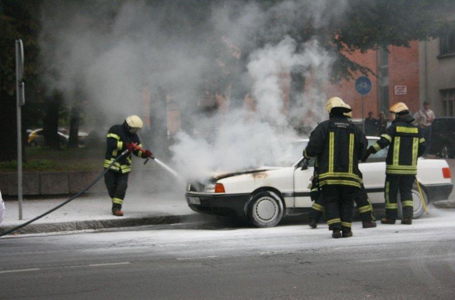 Klaipėdoje Liepų gatvėje ketvirtadienio pavakarę užsiliepsnojo automobilis.