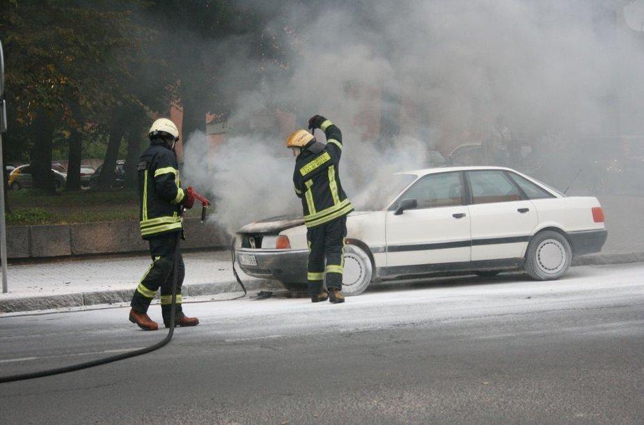 Užsiliepsnojo automobilis