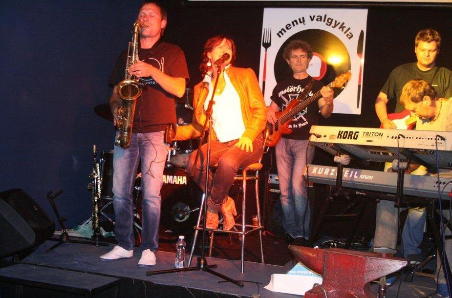 """""""Menų valgyklos"""" atidarymo šventėje koncertavo Arina ir """"Veto bank"""". Į rankas saksofoną paėmė ir """"valgyklos"""" vienas šeimininkų Laimonas Urbikas."""