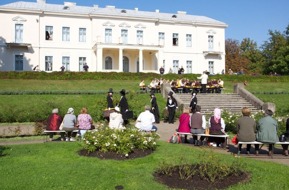 Palangoje rugsėjo 8-ąją specialiais renginiais Botanikos parke bus pagerbiamas Maironis.