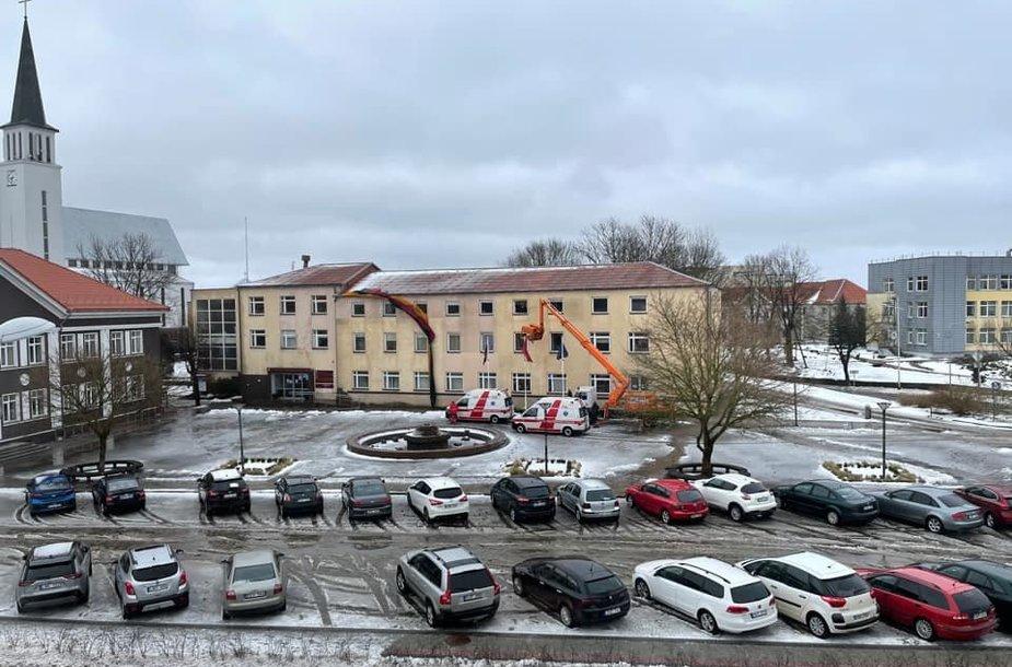 Klaipėdos rajono savivaldybės kieme penktadienio rytą susižalojo du darbininkai, bandę nukabinti trispalvę.