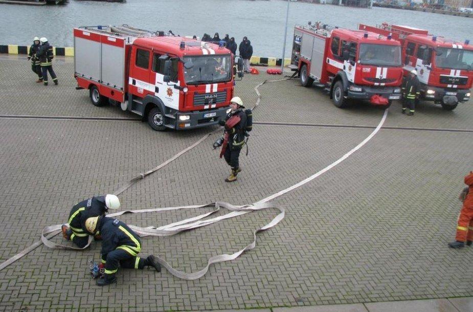 Ketvirtadienį Kruizinių laivų terminale surengti specialūs mokymai, kaip operatyviai užgesinti gaisrą laive.