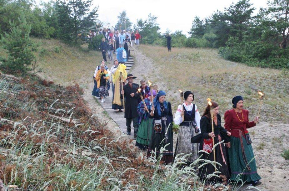 """Kuršių nerijoje savaitgalį rengiamas folkloro festivalis """"Tek saulužė ant maračių""""."""