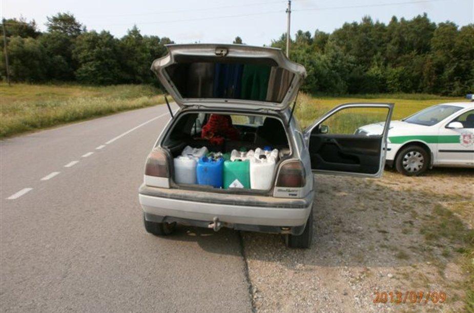 Merginos automobilyje aptikta plastikinė tara.