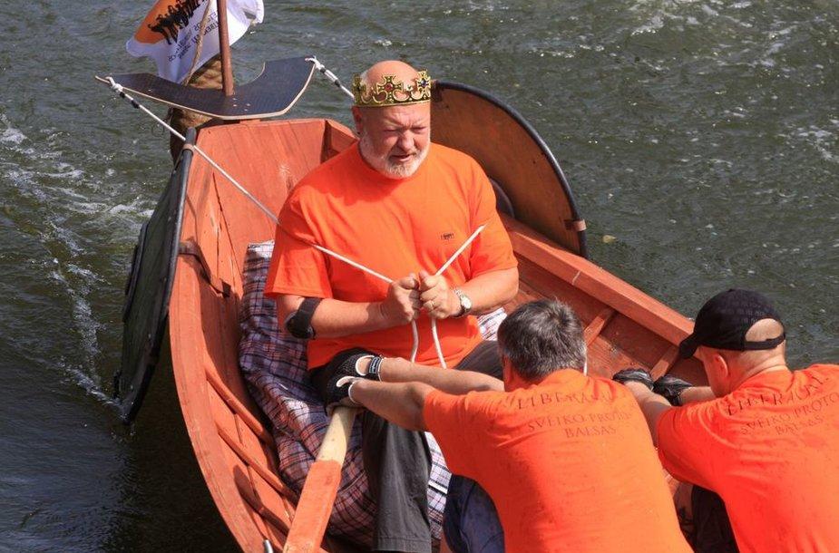 Eugenijus Gentvilas per Jūros šventę surengtose lenktynėse Danės upėje ėmėsi vadovauti komandai.