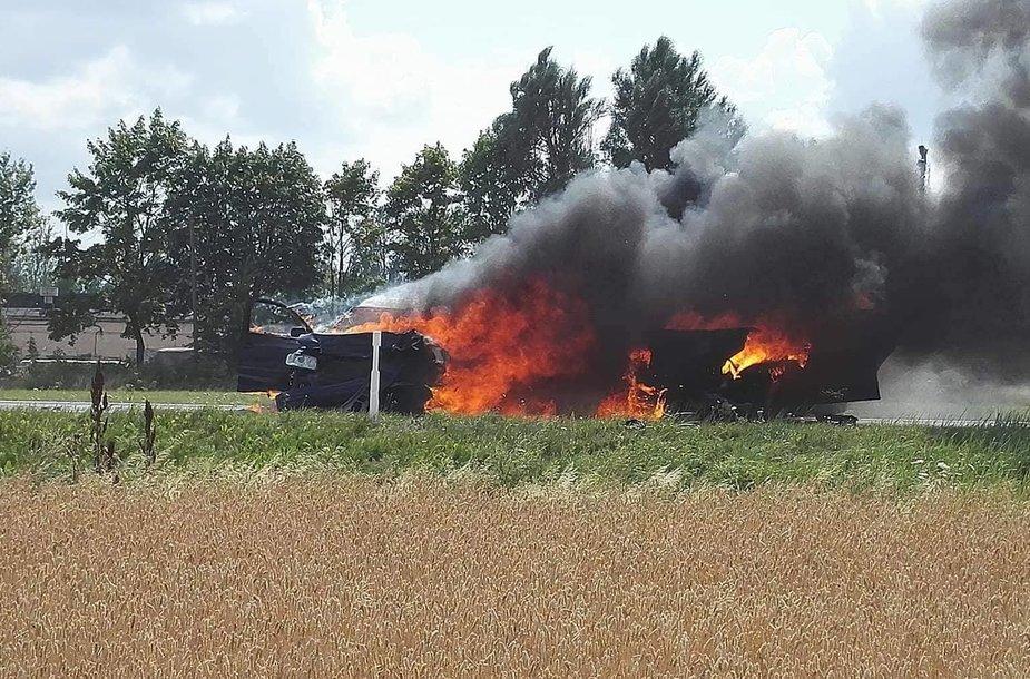Kelyje Panevėžys-Šiauliai susidūrus automobiliams kilo gaisras.