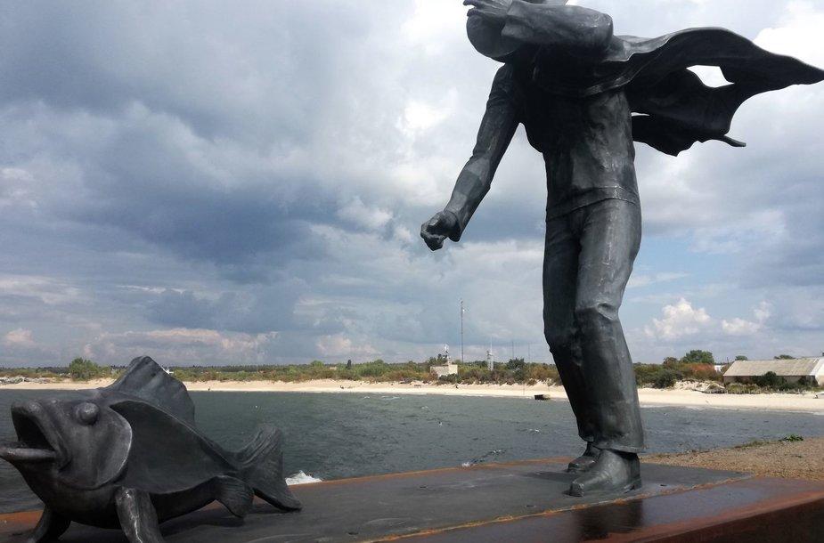 """Melnragėje ant molo atidengta skulptūra """"Pasivaikščiojimas su žuvimi""""."""