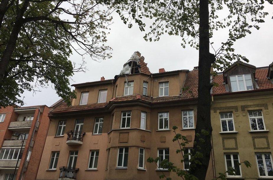 Namo, kuriame gyvena N.Puteikis, stogas pernai nukentėjo nuo gaisro. N.Puteikis jį įsipareigojo sutvarkyti.