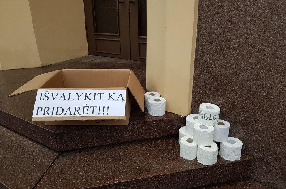 Prie Klaipėdos savivaldybės gyventojai sunešė tualetinio popieriaus.