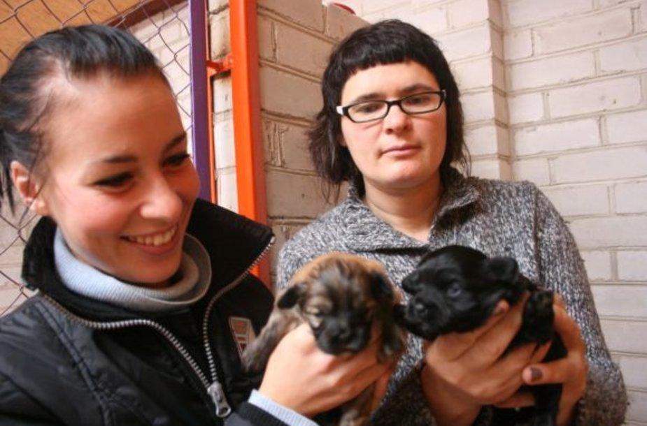 Globoti benamius gyvūnus R.Gineikienei (dešinėje) padeda keletas savanorių. Viena jų – aktorė S.Šakinytė, per pusmetį ji rado namus apie 30 kačių.