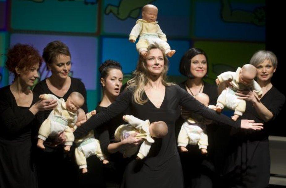Spektaklyje vaidina šešios aktorės – mamos su skirtinga patirtimi.