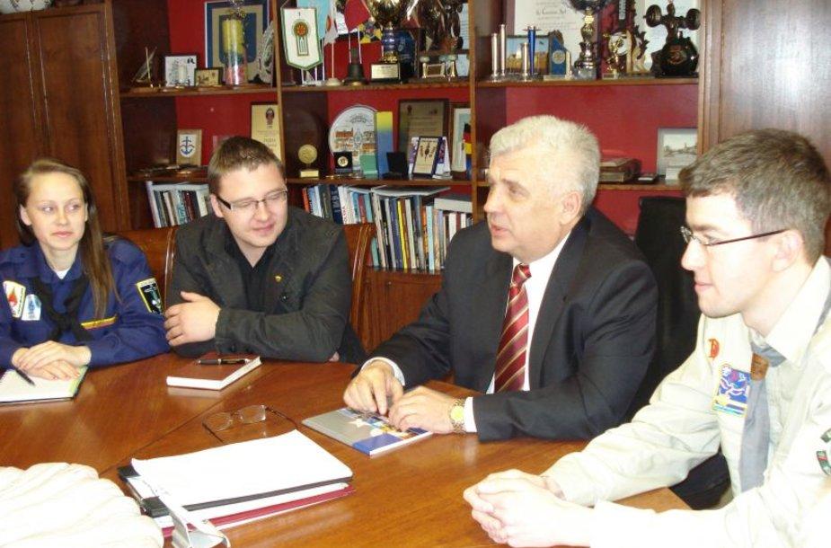 Miesto meras penktadienį susitiko su būriu jaunimo.