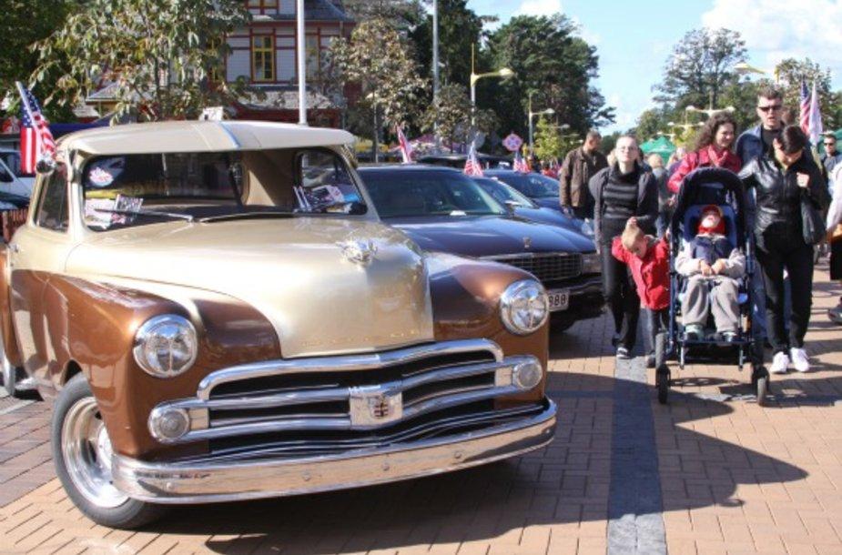 J.Basanavičiaus gatvėje galima apžiūrėti keletą amerikietiškų automobilių.