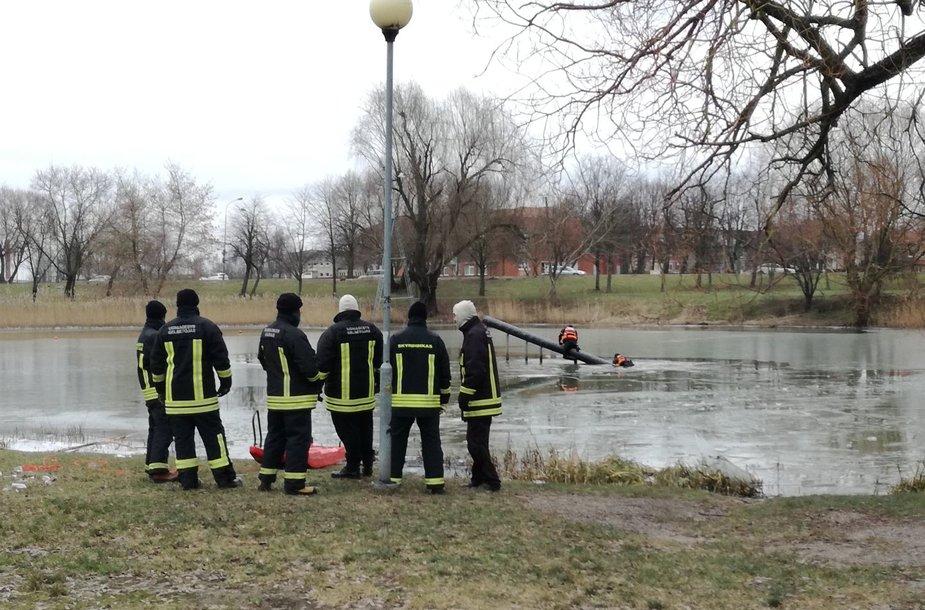Ugniagesių pratybos ant Malūno tvenkinio Klaipėdoje.