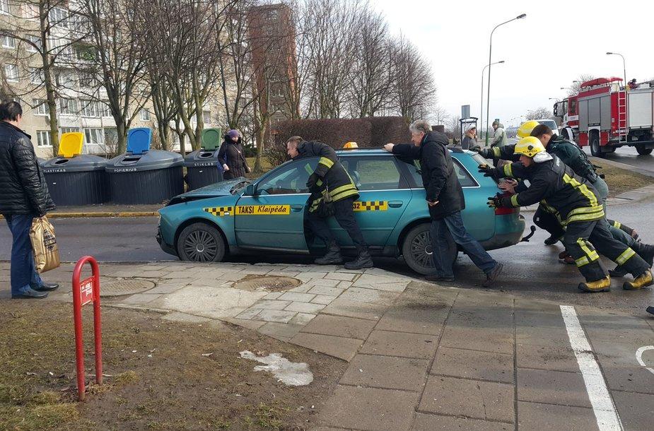 Klaipėdoje taksi papuolė į avariją