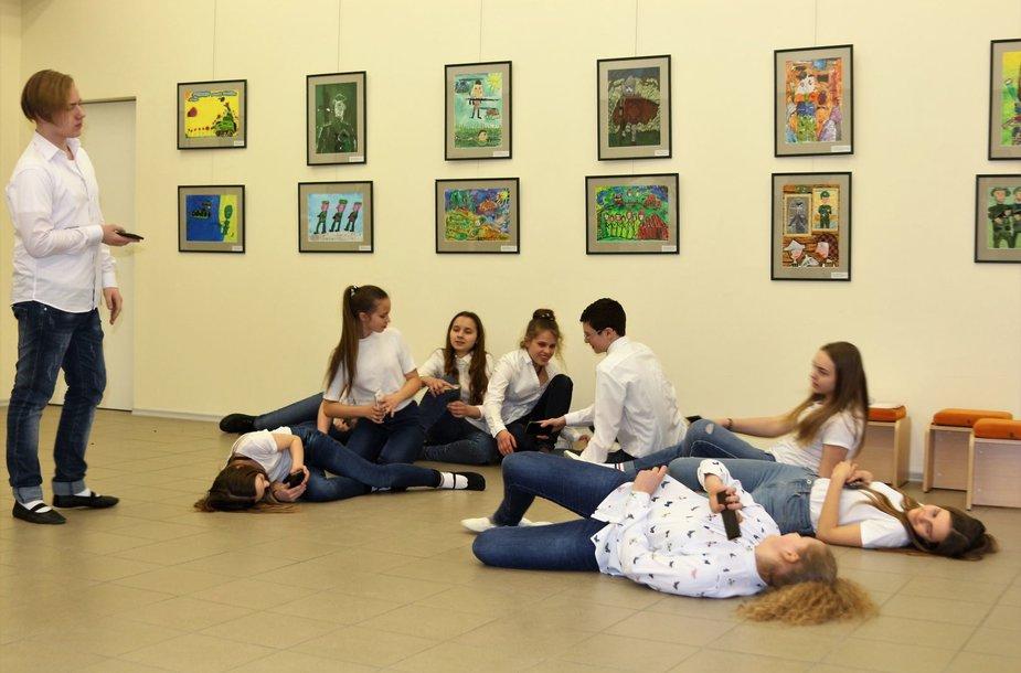 """Mokinių piešinių parodos """"Tėvynės labui"""" akimirkos"""
