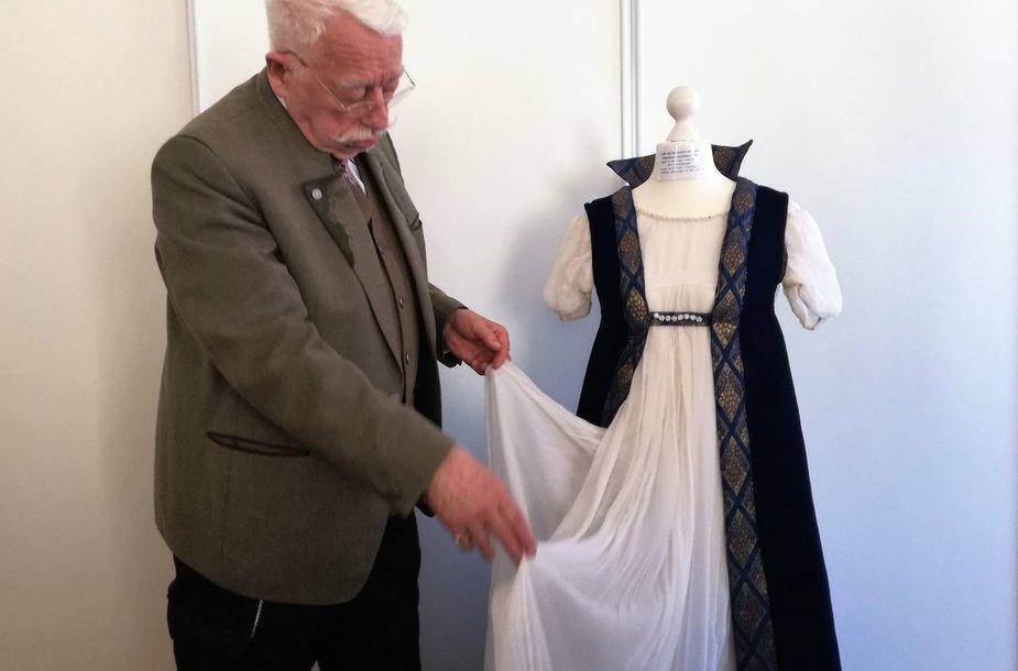 Vokietijos fondas Klaipėdai padovanojo karalienės Luizės suknelės autentišką kopiją.