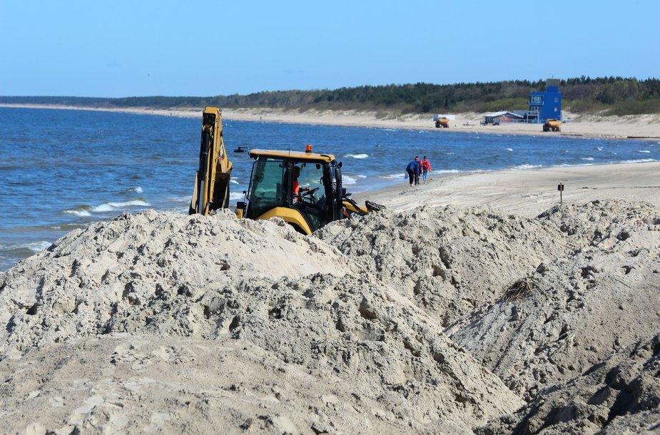Palangos paplūdimyje pradėti kopagūbrio tvirtinimo darbai.
