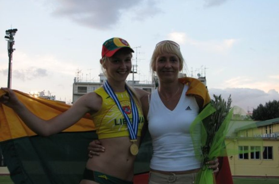Šuolininkė E.Žukauskaitė, kuri vaikų žaidynėse auksą pelnė ir pernai. Šalia jos trenerė A.Gavelytė.