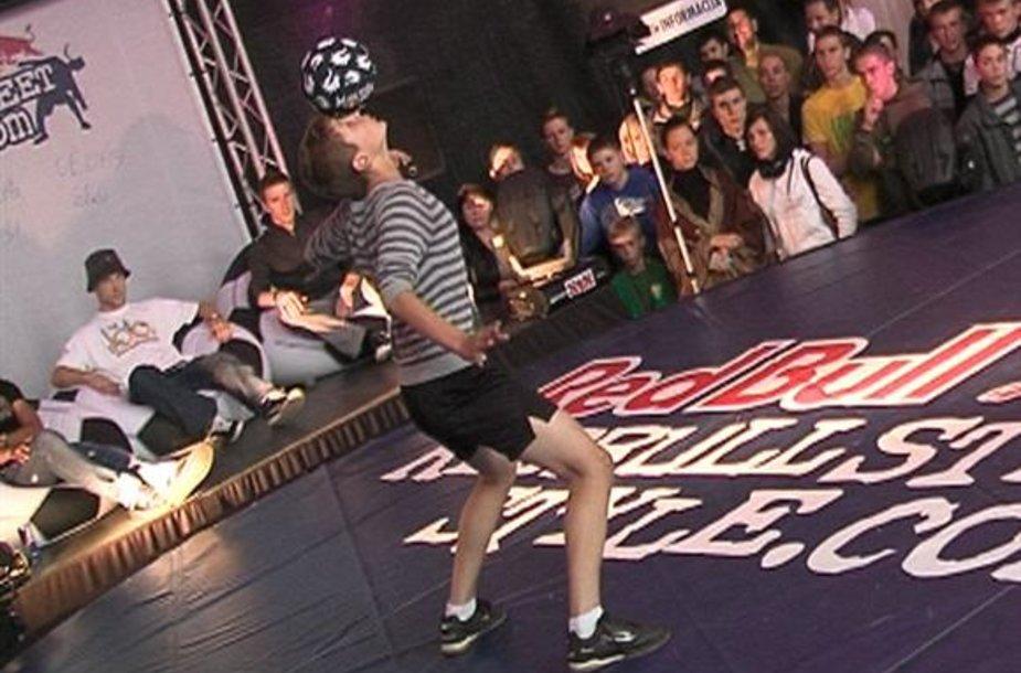Freestyle futbolo kovose dalyviai kamuolio žongliravimo triukus derina su breiko šokio elementais.