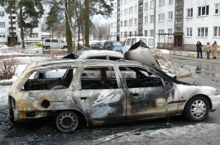 Vienas iš Rukloje padegtų automobilių.