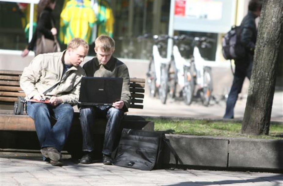Daugeliui miesto svečių nustebina galimybė nemokamu bevieliu internetu naudotis visame Kauno centre.