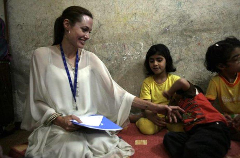 Jungtinių Tautų ambasadorė Angelina Jolie kartu su Bradu Pittu susitiko su Irako pabėgeliais Sirijoje