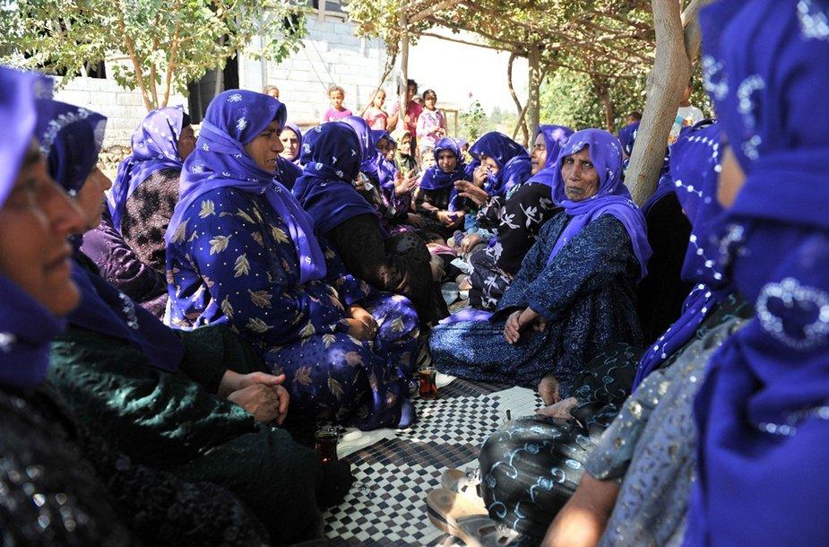 Turkijos moterys meldžiasi už žuvusiuosius.