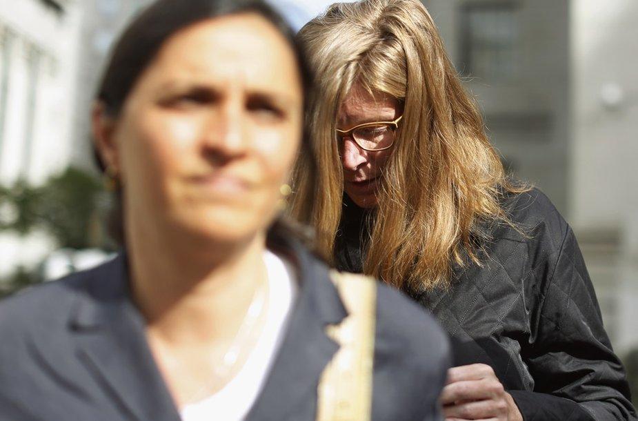 Ingrid Lederhaas-Okun (dešinėje) kaltinama pavogusi brangius papuošalus.