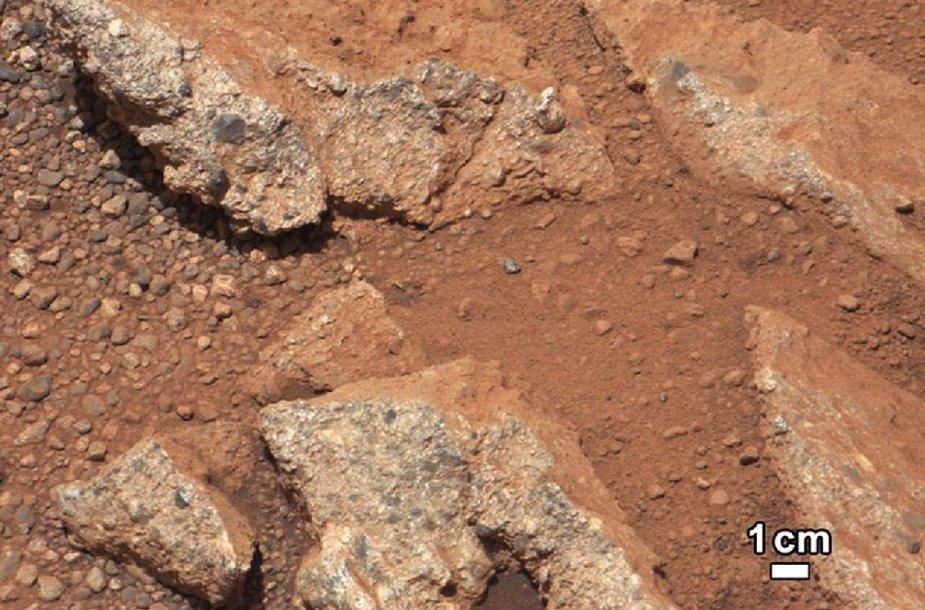Naujose iš Marso atkeliavusiose nuotraukose – užuominos apie tai, kad planetos paviršiuje galėjo tekėti vanduo.