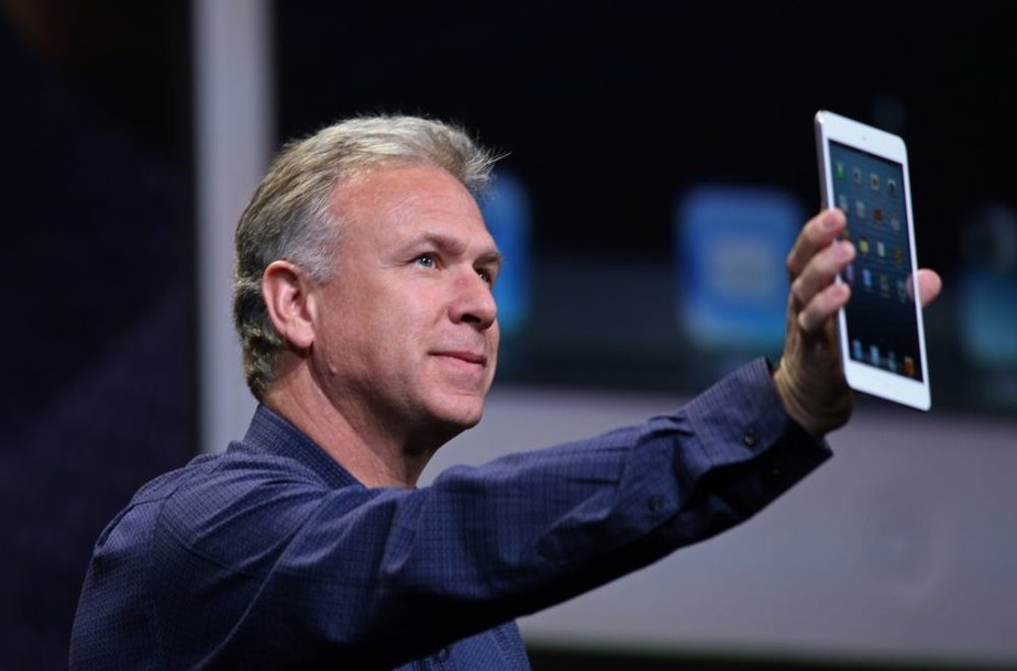 """Apple"" viceprezidentas rinkodarai Philas Schilleris demonstruoja ""iPad mini""."